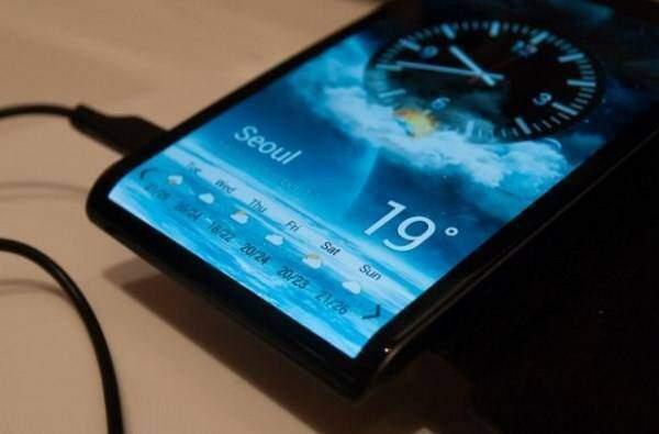 Samsung conferma: smartphone con display curvo tra un mese