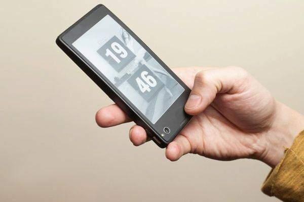 YotaPhone: smartphone Android con schermo e-ink da Novembre a 500€