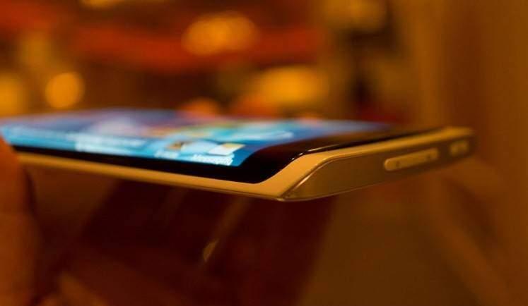 Samsung: depositato brevetto per uno smartphone con display flessibile