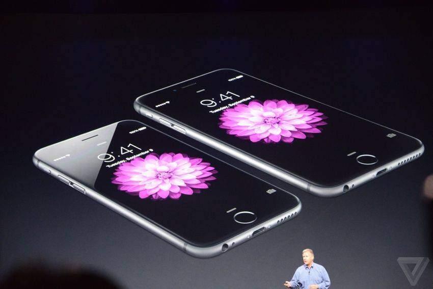 iPhone 6 accanto ad iPhone 6 Plus