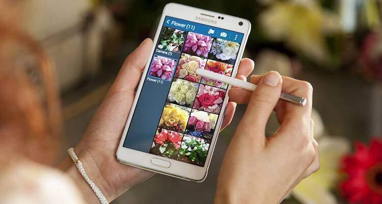 Immagine promozionale di Samsung Galaxy Note 4, con S Pen e Galleria.