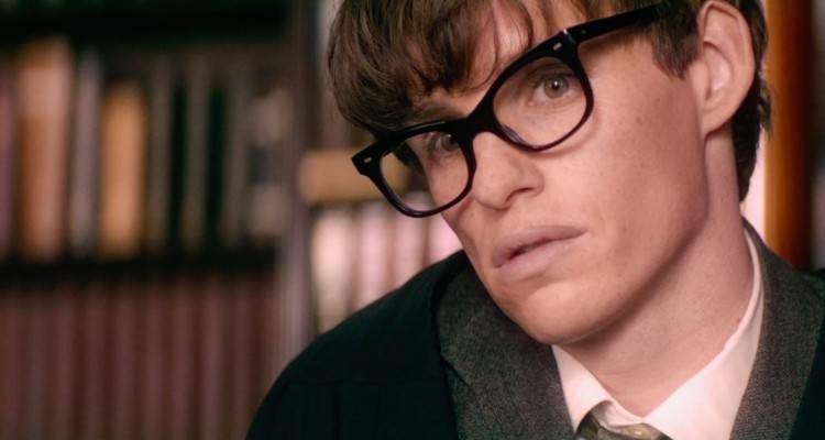Uno strepitoso Eddie Redmayne nei panni di Hawking