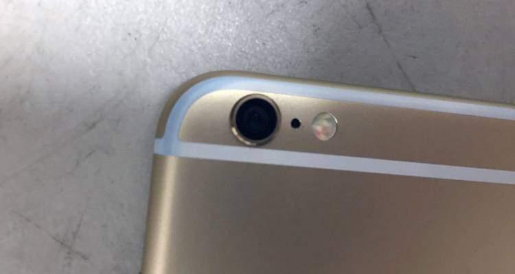 Foto di un iPhone 6 che si è colorato di blu nella tasca dei jeans
