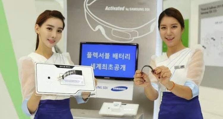 Foto delle batterie flessibili per indossabili mostrate da Samsung in Corea.