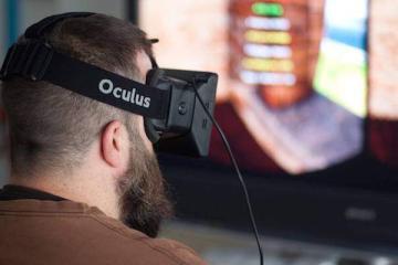 Foto che mostra un uomo che utilizza il visore Oculus VR