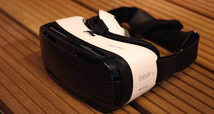 Foot che mostra il Gear VR Innovator Edition di Samsung