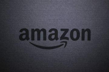 Immagine che mostra il logo di Amazon su sfondo scuro