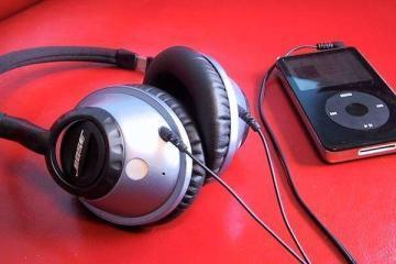 Foto che mostra un paio di cuffie Bose e un iPod