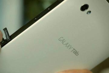 Foto che mostra un uomo che inserisce una micro Sd in un Samsung Galaxy Tab