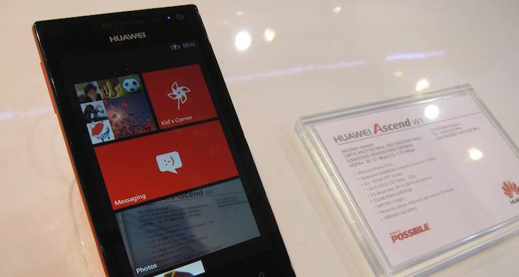 Foto di un Huawei Ascend W1 in esposizione