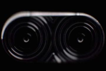 Screenshot del vido teaser Asus che mostra uno smartphone con doppia fotocamera