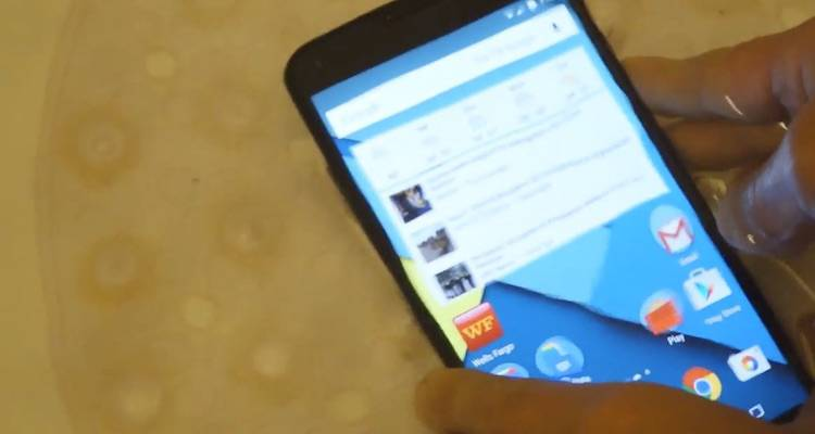 Screenshot del video che mostra il Nexus 6 immerso in acqua