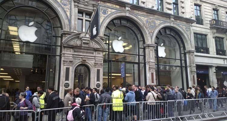 Fila per iPhone 6 dinanzi all'Apple Store