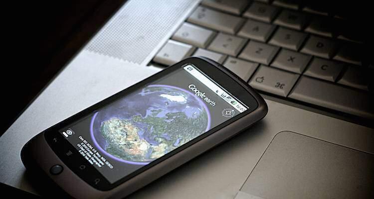 Foto che mostra l'utilizzo di Google Earth su smartphone