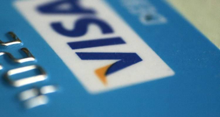 Foto che mostra il logo Visa su una carta di credito