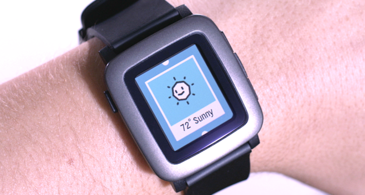 Foto che mostra Pebble Time al polso