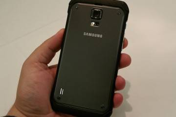 Foto che mostra la parte posteriore del Samsung Galaxy S5 Active