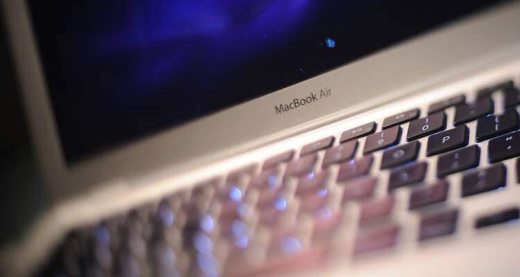 Foto di un MacBook Air in primo piano