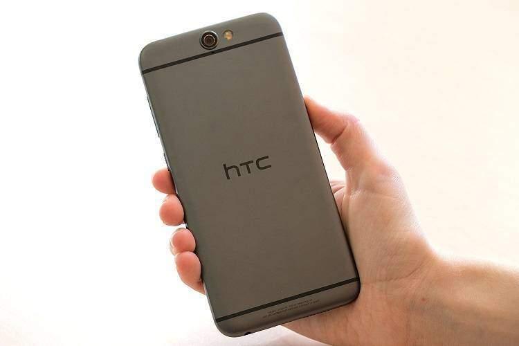 HTC, rivoluzione estetica senza la banda nera del logo