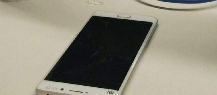 Xiaomi Mi5, spuntano immagini del retro in vetro